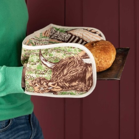 highland cow love oven gloves