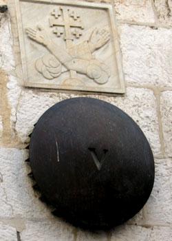 Drumul Crucii - Via Dolorosa - V - Simon din Cirene ridica Sfanta Cruce