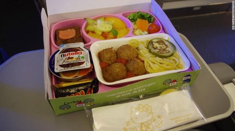 Συνδυασμός της γερμανικής Lufthansa με την ταϊβανέζικη Eva Air. Η Lufthansa δίνει μεγάλη έμφαση στα παιδικά γεύματα με ειδικό σεφ που τα ετοιμάζει και η Eva Air έχει γεύματα Hello Kitty.