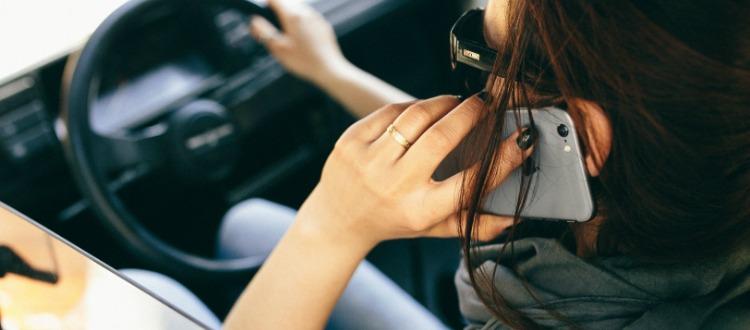 Η αφηρημάδα στην οδήγηση από τα κινητά και τα sms