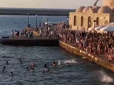 Με βουτιές στο ενετικό λιμάνι πανηγύρισαν οι Γάλλοι