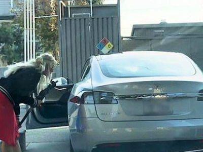 Βρε δε παίρνει βενζίνη το Tesla