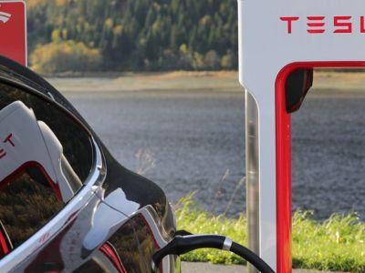 Η Tesla φέρνει ταχυφορτιστές και στην Ελλάδα