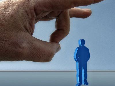Απολύσεις δημοσίων υπαλλήλων ζητά η Κομισιόν