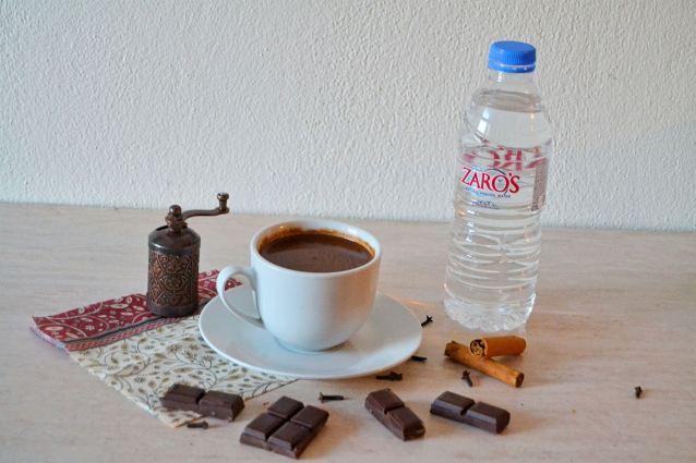Ζεστή σοκολάτα-ρόφημα με νερό