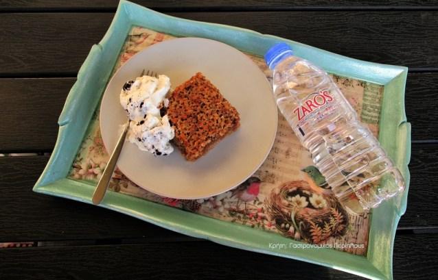 Κέικ με νιφάδες βρώμης και επικάλυψη καρυδιών