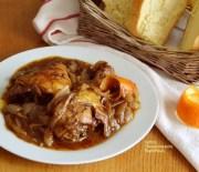 Κοτόπουλο στην κατσαρόλα με σάλτσα κρεμμυδιών