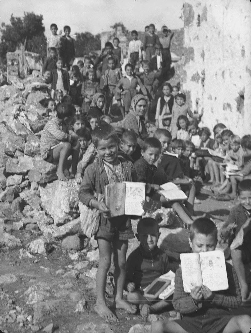 Κρήτη 1941. Μαθητές σχολείου στους Αποστόλους