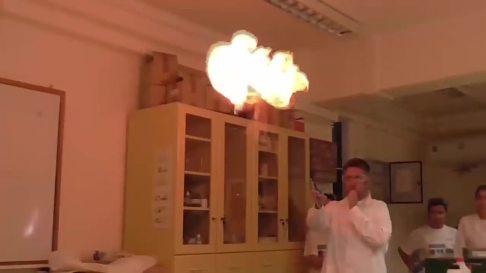Λύκειο στη Νέα Αλικαρνασσός ξεχωρίζει στο Youtube με χημικά πειράματα!