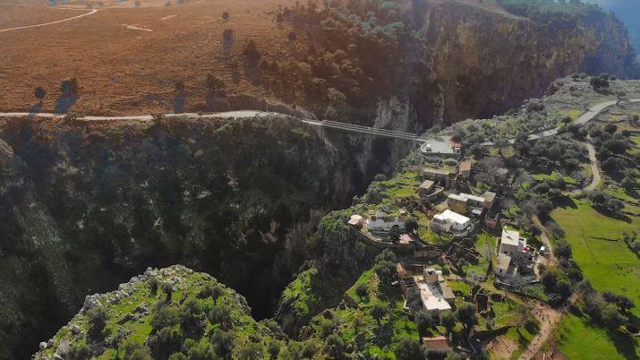 Αράδαινα Σφακίων: Το χωριό που είναι κτισμένο στο χείλος του γκρεμού και ερημώθηκε από μία βεντέτα για το κουδούνι μιας κατσίκας   Λαογραφία-Ιστορία   Κρήτη & Κρητικοί