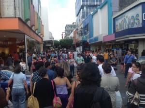 La Avenida Central y otras calles cercanas a centros comerciales, en el casco central, presentan congestionamiento vial.