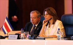 La presidenta de Costa Rica, Laura Chinchilla (d), y su canciller Enrique Castillo (i), participan en la inauguración de la plenaria de presidentes de la XXIII Cumbre Iberoamericana de jefes de Estado y de Gobierno en Ciudad de Panamá (Panamá). EFE