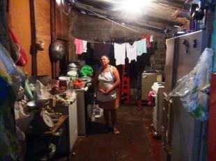 Teresa Cruz sobrevive con lo que vende en un pequeño abastecedor y el aporte de su hija. (CRH)