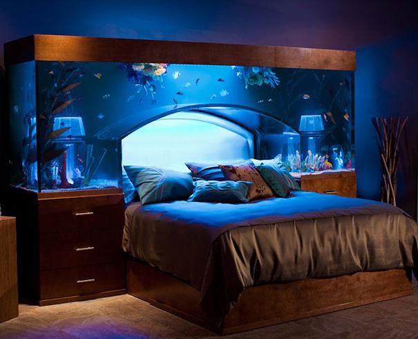 #1 - Sensacional essa cama com aquário.