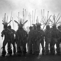 Un grupo de hombres kalapaló vestidos con penachos y trajes tradicionales. Los Kalapalo son un pueblo indígena de Brasil. Habitan, junto a otras 17 comunidades, el Parque Nacional del Xingu, en el estado de Mato Grosso. Hablan amonap, un idioma caribeño. En 2010 eran 569 y su principal actividad de subsistencia es la pesca. RENATO SOARES SURVIVAL INTERNATIONAL
