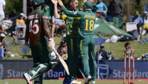 South African Faf du Plessis (R) congratulates Dwaine Pretor