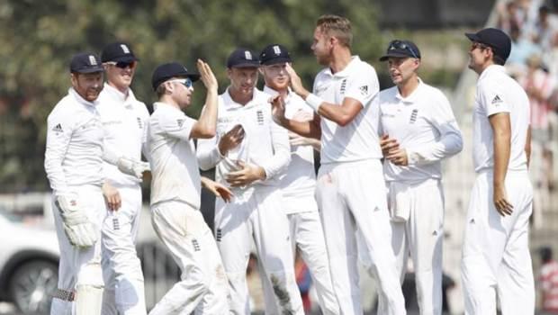 England team celebrates the dismissal of India's captain Virat Kohli