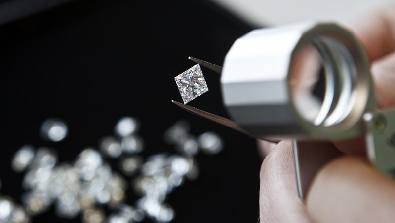 Grupo De Beers logró utilizar blockchain para rastrear el origen y destino de 100 diamantes