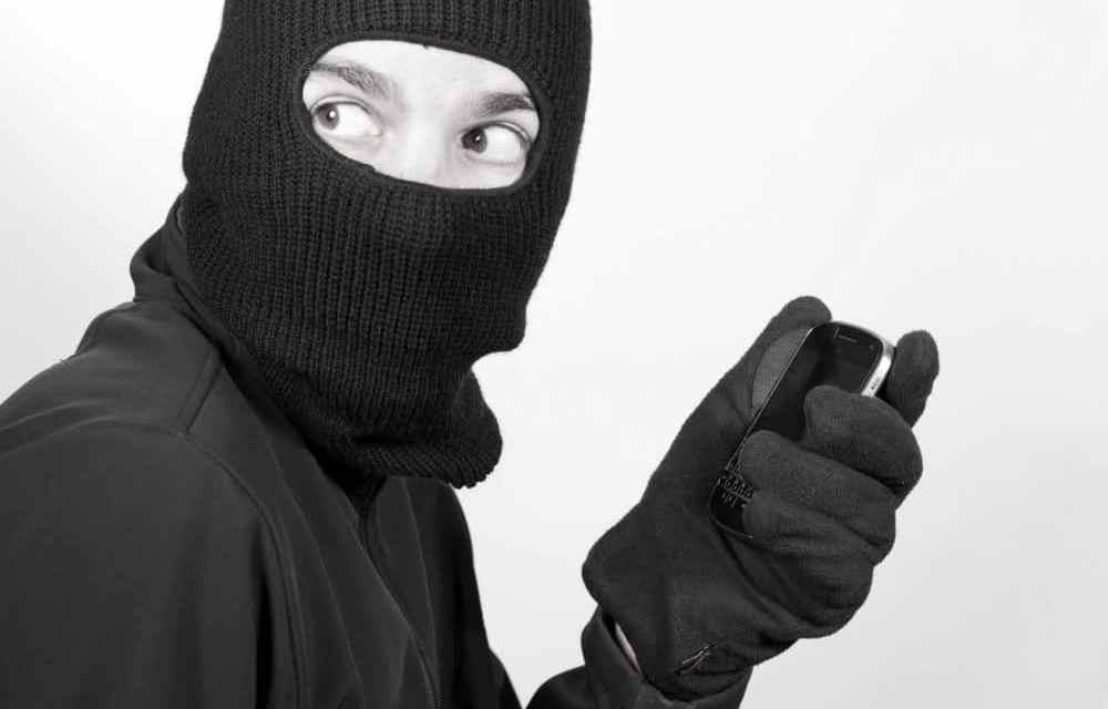 Robó un millón de dólares en criptoactivos con la línea telefónica de su víctima