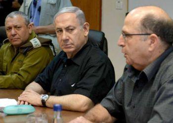 Ο Μενζταμίν Νετανιάχου στο κέντρο, αριστερά του ο Μοσέ Γιααλόν και δεξιά του ο Γκάμπι Ασκενάζι