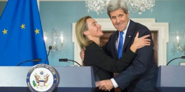 epa04574367 US Secretary of State John Kerry (R) and EU High Representative Federica Mogherini (L) embrace after holding a joint news conference, at the State Department in Washington, DC, USA, 21 January 2015. Kerry and Mogherini discussed a wide array of issues including the situation in Yemen, Cuba, the Ukraine and relations with Russia and possible sanctions against Iran. EPA/MICHAEL REYNOLDS/2015-01-22 06:44:58/
