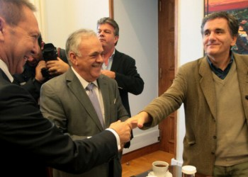 Ο  διοικητής της Τράπεζας της Ελλάδος, Γιάννης  Στουρνάρας συνομιλεί με τον Ιωάννη Δραγασάκη και τον Ευκλείδη Τσακαλώτο στο γραφείο του  προέδρου του ΣΥΡΙΖΑ στη Βουλή, Πέμπτη 30 Οκτωβρίου 2014.Με τον διοικητή της Τράπεζας της Ελλάδος Γιάννη  Στουρνάρα είχε συνάντηση ο πρόεδρος του ΣΥΡΙΖΑ Αλέξης Τσίπρας. ΑΠΕ-ΜΠΕ/ΑΠΕ-ΜΠΕ/Παντελής Σαίτας