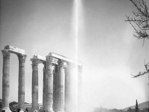Στιγμιότυπο από την τελετή εγκαινίων του νέου δικτύου ύδρευσης των πόλεων Αθηνών, Πειραιώς και περιχώρων, στους Στύλους του Ολυμπίου Διός, 03 Ιουνίου 1931. Η Ελληνική Εταιρεία Υδάτων διαφημίζεται μέσω της τοποθέτησης πιδάκων νερού στην τελετή των εγκαινίων. Πηγή: Ιστορικό Αρχείο ΕΥΔΑΠ