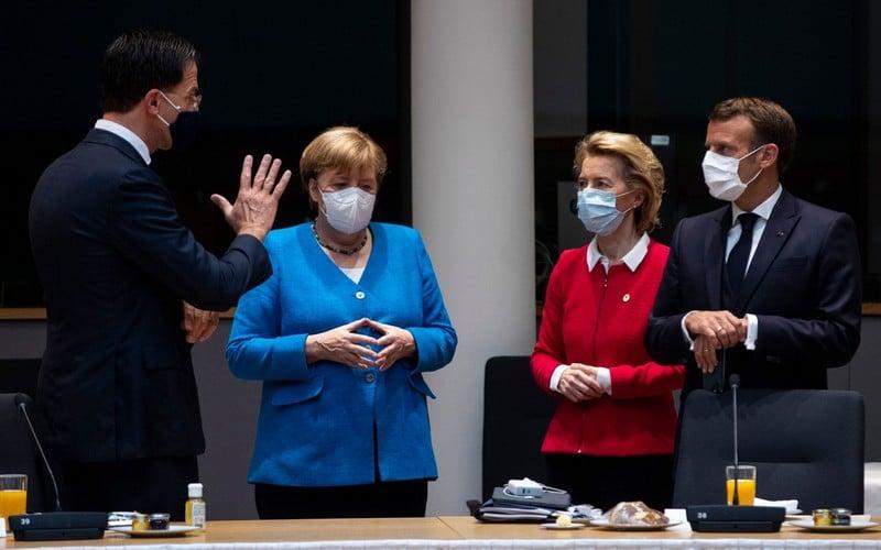 Η Άγκελα Μέρκελ, η Ούρουλα φον Ντερ Λάιεν, ο Εμάνουελ Μακρόν και ο Μαρκ Ρούτε στη Σύνοδο Κορυφής της ΕΕ, φορώντας μάσκες