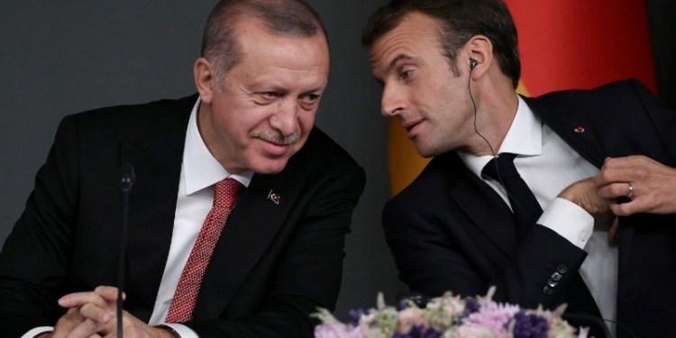 Ο Εμάνουελ Μαρόν συζητάει με τον Ταγίπ Ερντογάν