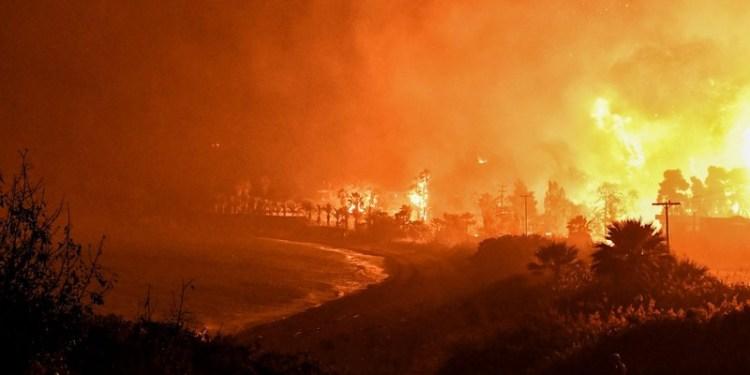 Εκτός ελέγχου η φωτιά στον Σχίνο: Απειλήθηκαν τα Μέγαρα τη νύχτα