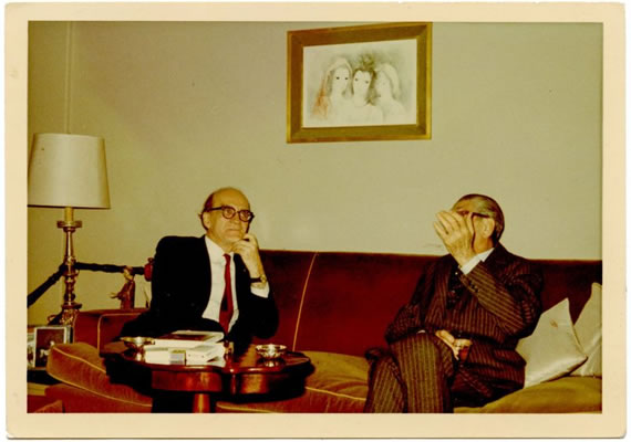 Fotografie. Mircea Eliade în timpul unei discuții, ca. 1975