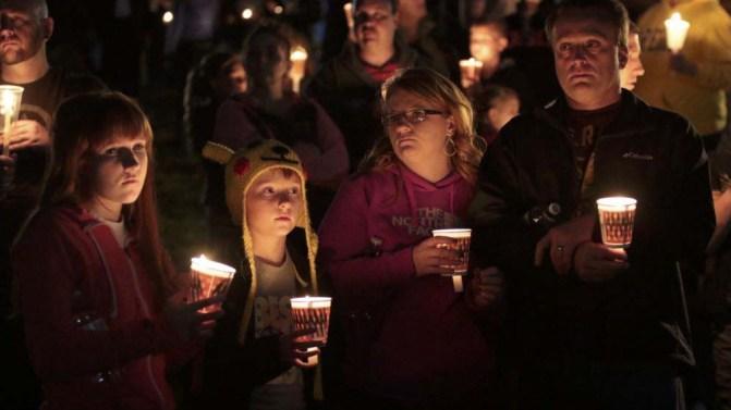 Vecinos y miembros del Umpqua Community College honran a los alumnos y el profesor tiroteados en Oregon