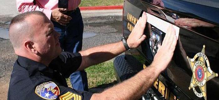 "Policías colocan frase ""En Dios Confiamos"" en sesenta patrulleros"