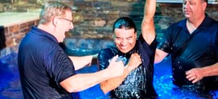 La iglesia de Rick Warren registra más de 45 mil bautismos