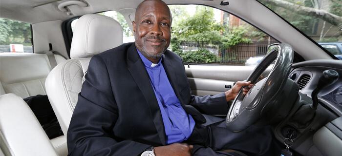 Pastor taxista evangeliza a pasajeros y da consejos a los atribulados
