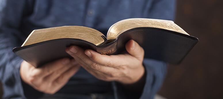 Leer la Biblia ayuda a disminuir el estrés, según estudio