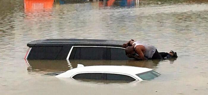 En Texas pastor arriesga su vida para rescatar personas en medio de las inundaciones