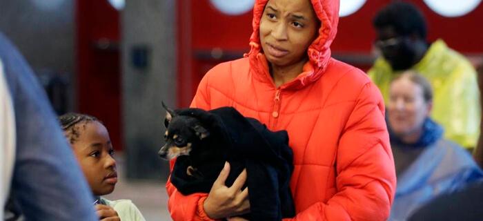 Víctimas del huracán Harvey alaban a Dios en un refugio