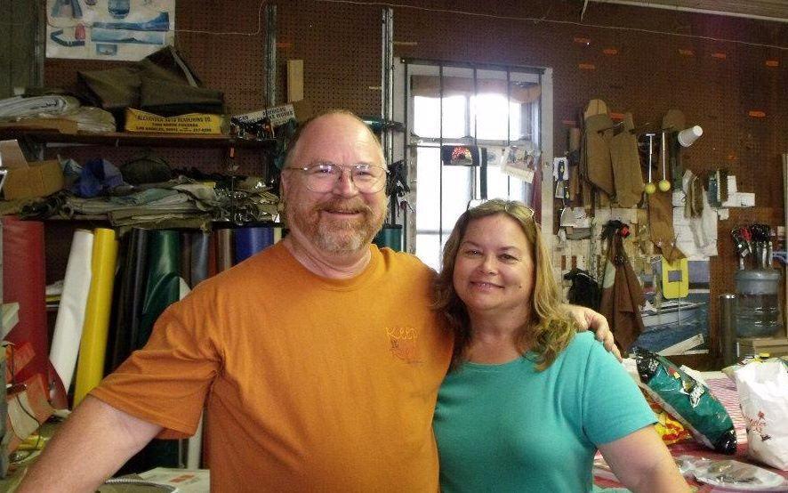 Bryan Holcombe, de 60 años, y su esposa, Karla Plain Holcombe, de 58.