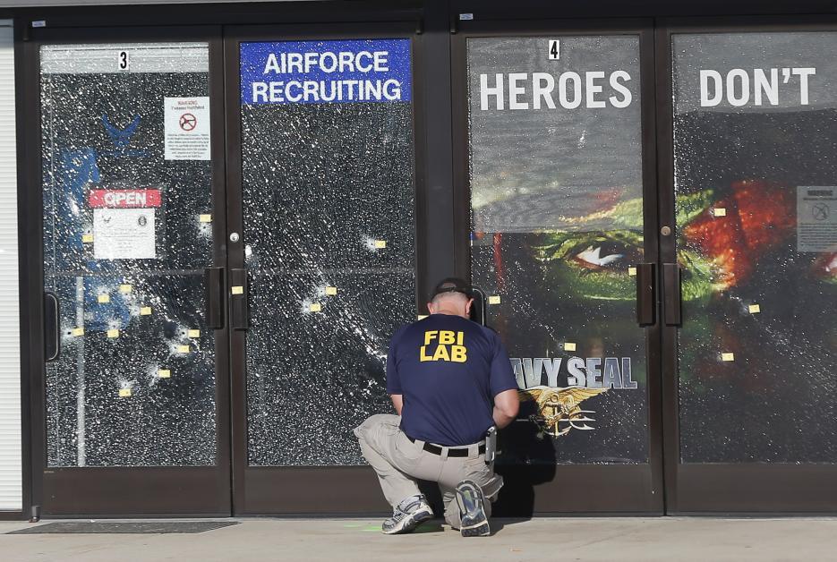 2015. Instalaciones militares en Chattanooga, Tennessee. Muhammad Youssef Abdulazeez, un inmigrante de Kuwait de 24 años, disparó un fusil AK-47 contra un centro de reclutamiento y una instalación militar, asesinó a cinco soldados y fue abatido por la policía. Las autoridades calificaron el incidente como un ataque terrorista. En la fotografía un investigador de la policía federal en una de las escenas del ataque. 16 de junio de 2015.
