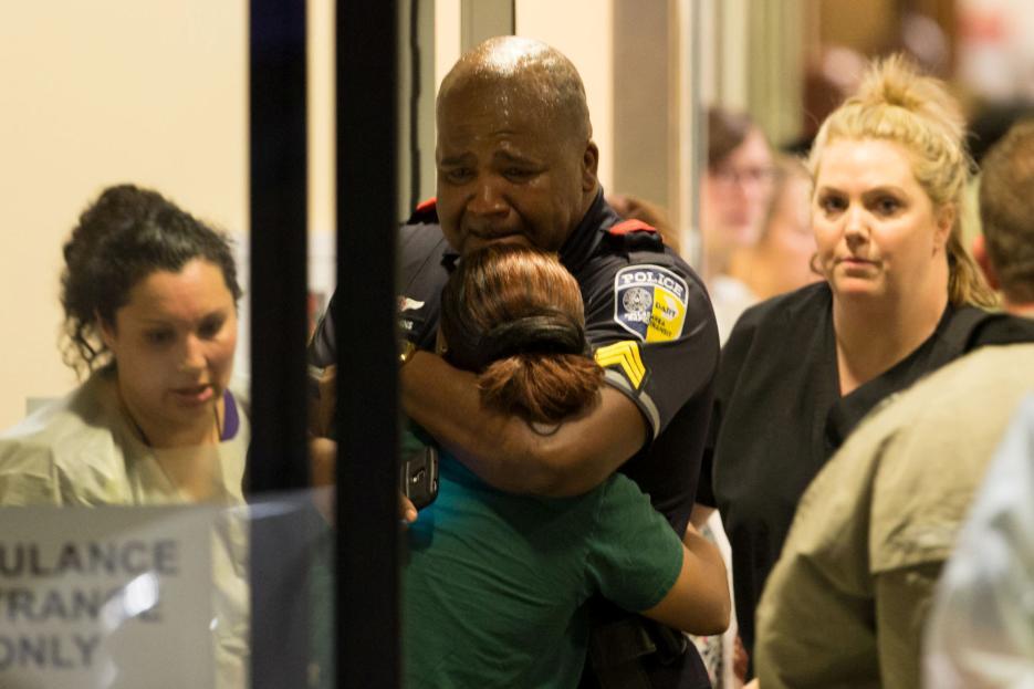 2016. Manifestación contra la brutalidad policial en Dallas, Texas. Micah Xavier Johnson, un exsoldado de 25 años condecorado por su participación en Afganistán, asesinó con un rifle y varias pistolas a cinco agentes que custodiaban una protesta en contra de la brutalidad policial. Tras horas de negociaciones entre la policía y el atacante atrincherado, Johnson murió con la explosión de un robot bomba activado por las autoridades. En la foto el momento en que policías y familiares de los heridos esperan en un hospital de la ciudad. 7 de julio de 2016.