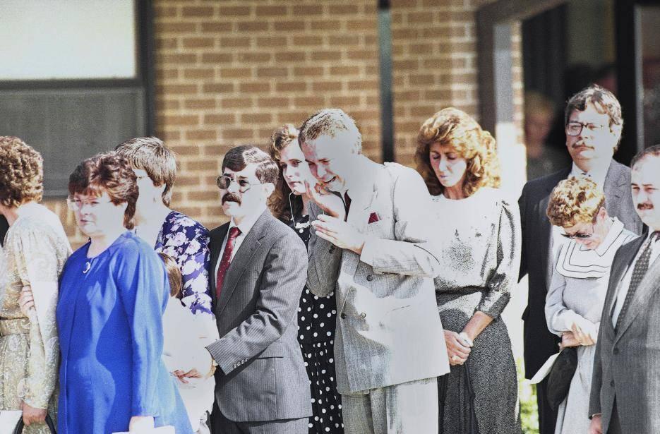 1991. Restaurante Luby's en Killeen, Texas. George Hennard, un desempleado de 35 años, atravesó con su camioneta la ventana de un restaurante repleto de comensales, se bajó del auto y descargó dos pistolas contra los presentes, especialmente mujeres. Dejó 23 muertos, 27 heridos y acorralado por la policía se suicidó. En la fotografía los familiares de las víctimas en uno de los funerales. 21 de octubre de 1991.
