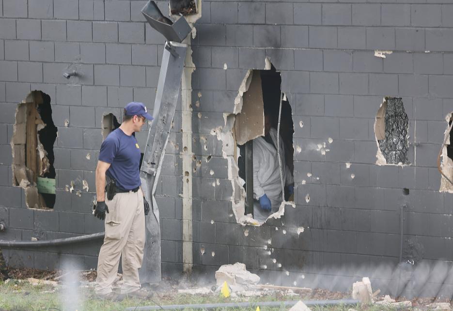 2016. Club Pulse en Orlando, Florida. Omar Mateen, un estadounidense hijo de afganos, entró disparando de madrugada al Club Pulse, un concurrido bar gay de la ciudad. El ataque, hecho a nombre del grupo Estado Islámico según el propio autor, dejó 49 muertos. Las fuerzas especiales de la policía irrumpieron en el bar para rescatar a los rehenes y someter al agresor, quien murió en el enfrentamiento. En la fotografía los agujeros por donde la policía entró al club para enfrentar al tirador. 12 de junio de 2016.
