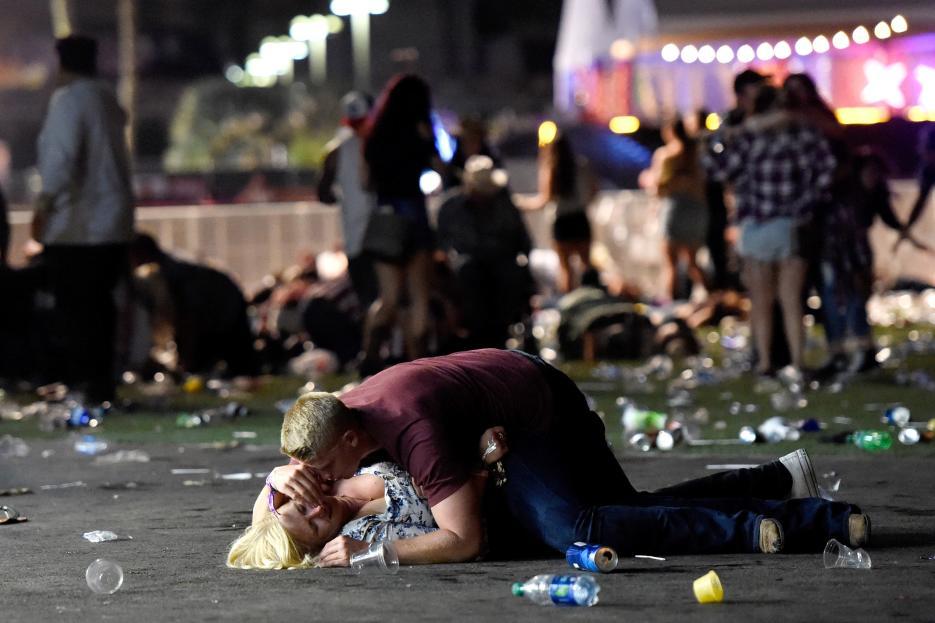2017. Concierto en Las Vegas, Nevada. Es el tiroteo masivo con mayor número de muertos en la historia de EEUU. Desde la ventana de un hotel, Stephen Paddock, un jubilado de 62 años al que le gustaban la cacería y el juego, disparó con varias armas largas a la multitud que asistía a un concierto al aire libre. Asesinó a 58 personas y dejó heridas a otras 527. En la fotografía, los asistentes al concierto huyen de las ráfagas de balas disparadas por Paddock, quien se quitó la vida antes de ser capturado por las autoridades. 1 de octubre de 2017.