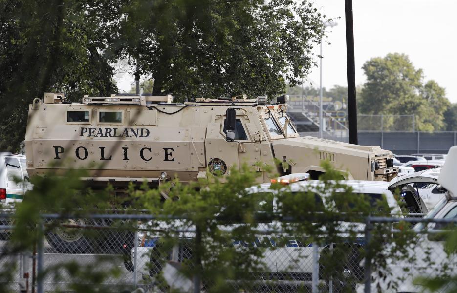 Una unidad de asalto de la policía en la secundaria Santa Fe.