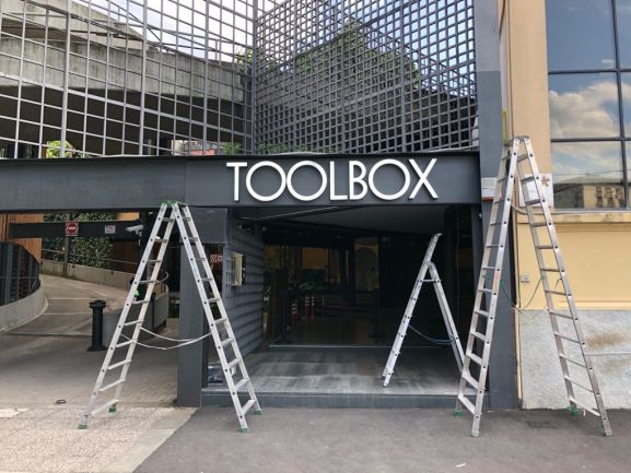 Insegna luminosa a lettere scatolate luce Led diretta Toolbox