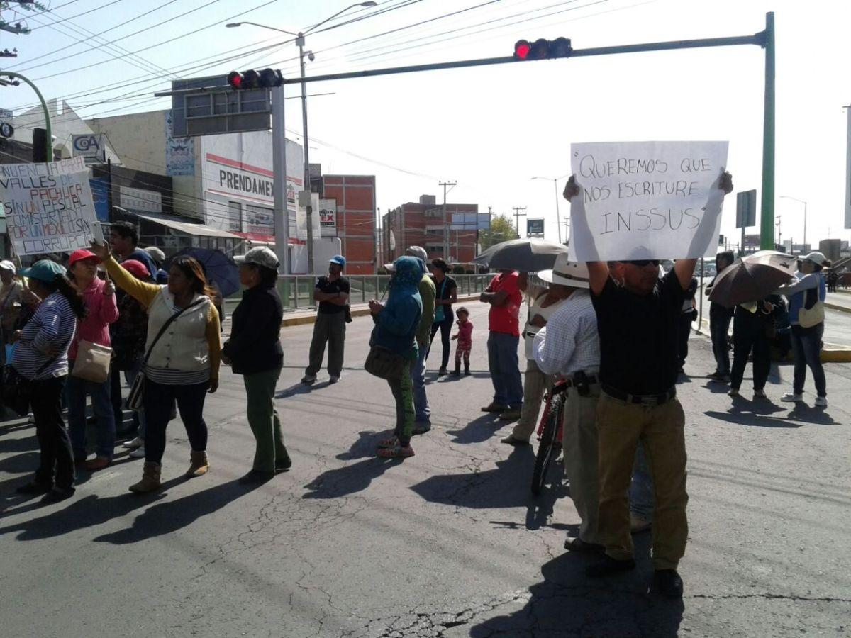 Vecinos de Pachuca bloquean bulevar Felipe Ángeles; exigen se respeten precios de escrituras (VIDEO)