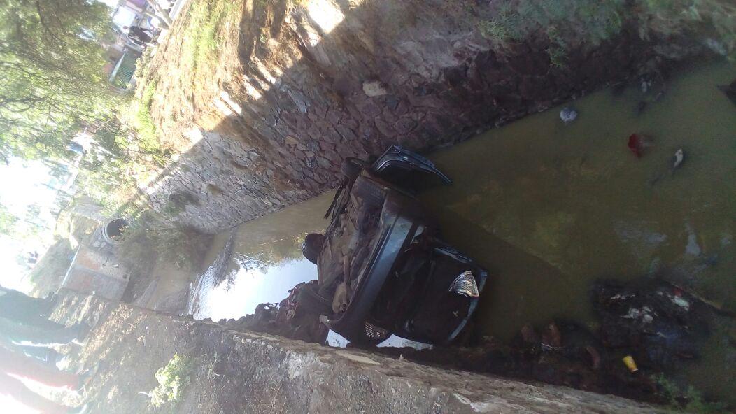 Cae automóvil en canal de aguas negras en la 11 de Julio