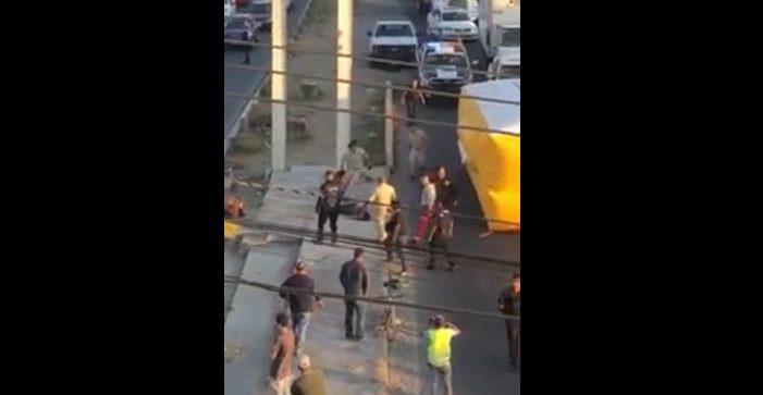 Sujeto se arroja de un puente tras varias horas de negociación; muere por las múltiples lesiones (VIDEO)