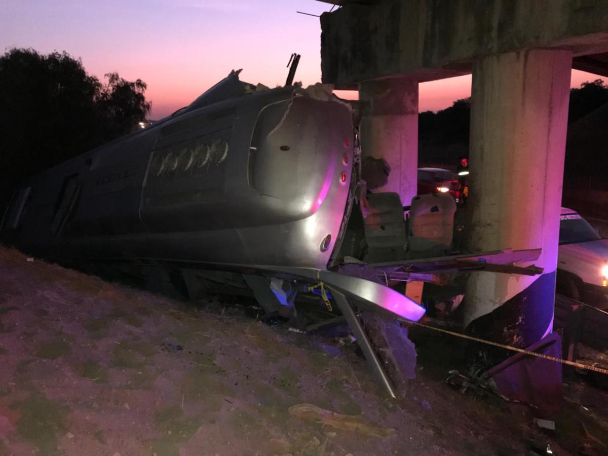 Vuelca camión Futura en la México-Tulancingo; hay 2 muertos y 20 lesionados